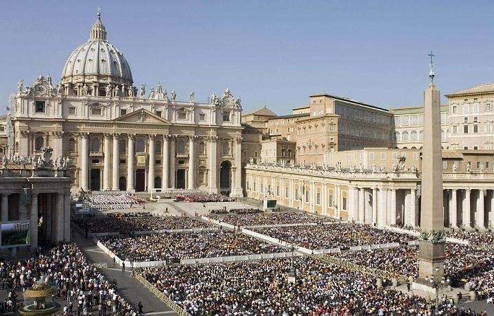 El Vaticano, un nido de conspiraciones y guerras internas que ponen en crisis el papado de Benedicto XVI